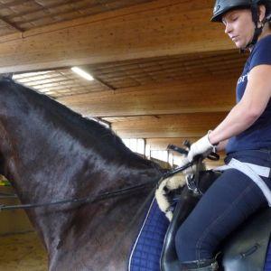 Jaana Kivimäki istuu hevosen selässä