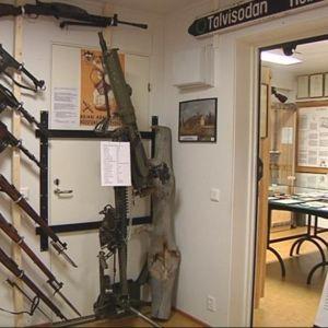 Aseita esillä Rajaperinnetalossa Lieksassa.
