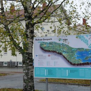 Muhoksen kunnantalo ja Rokua Geopark-taulu