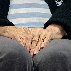 Vanhuksen kädet ja polvet.