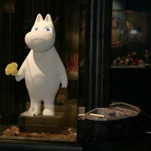 Muumipeikko-hahmo esillä vitriinissä Tampereen taidemuseon muumilaaksossa.