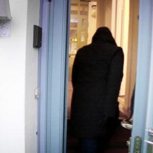 Nainen menee sisään Oulun turva- ja ensikodin ovesta.