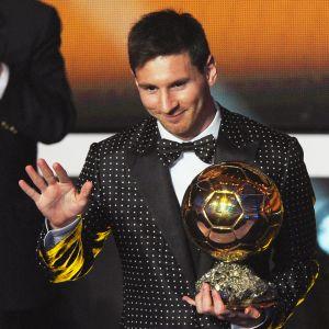 Lionel Messi oli voittanut aiemmin Fifan Kultaisen pallon viidesti. Kuvassa hän juhlii vuoden 2015 valintaa.