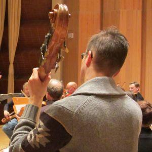 Sakari Oramo harjoituttaa Keski-Pohjanmaan kamariorkesteria tammikuussa 2013.