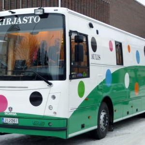 Kuopin kaupunginkirjaston edessä on pysäköitynä kirjastoauto. Kuopion kaupungin uusi kirjastoauto Aulis on valmiina palvelemaan kirjaston asiakkaita.
