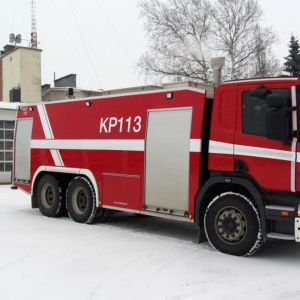 Paloauto lumisessa maisemassa.