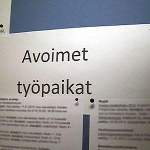 Lista avoimista työpaikoista TE-toimiston seinällä.