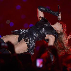 Beyoncé esiintymässä Super Bowlin tauolla.