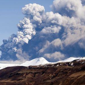 tulivuori purkautuu