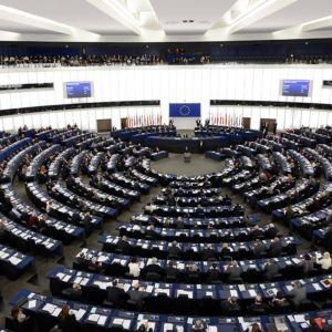 EU-parlamentti koolla istuntosalissa.