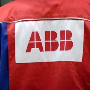 ABB:n logo työntekijän takin selkämyksessä.