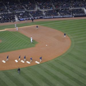Kentänhoitajia baseball-ottelussa Yankee Stadiumilla.
