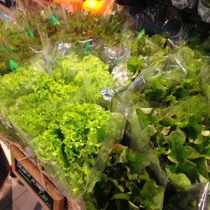 Salaatteja myytävänä kauppahallissa.