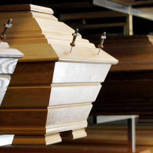 Ruumisarkkuja hautaustoimistossa Helsingissä.