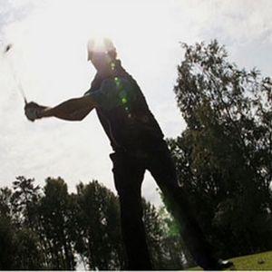Golfari lyömässä palloa
