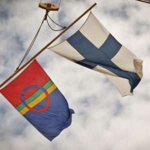 saamenlippu ja suomenlippu
