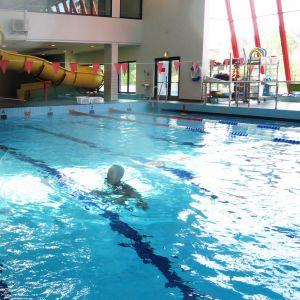 7-8-vuotiaat harjoittelivat uimaopettajan johdolla hyppyjä veteen.