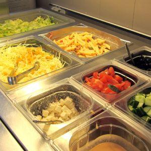 Kuvassa salaattipöytä ravintolassa
