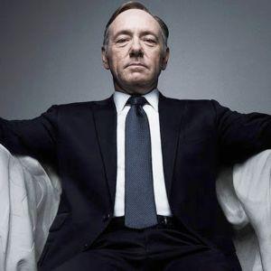 mies istuu nojatuolissa kädet veressä