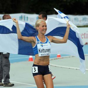 Oona Kettunen juhlii nuorten Euroopan mestaruutta Rietissä. 20.7. 2013
