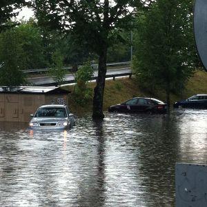 Autoja tulvan keskellä.