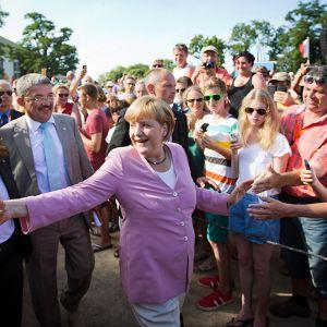 Saksan liittokansleri Angela Merkel tervehtii ihmisiä vaalikampanjakiertueella.