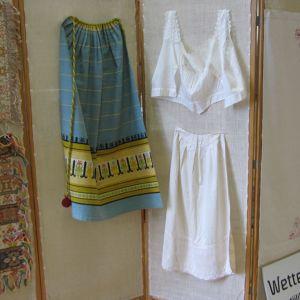 Fredrikan kesässä on esillä Häme tekstiilien näyttely alusvaatteita ja kutomisnäytteitä