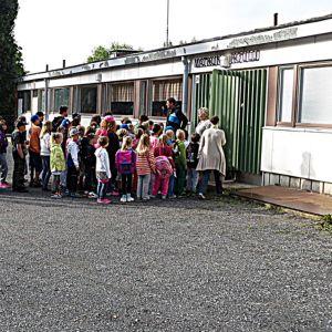 Matkun koulun pihalla oppilaat jonottavat sisään.