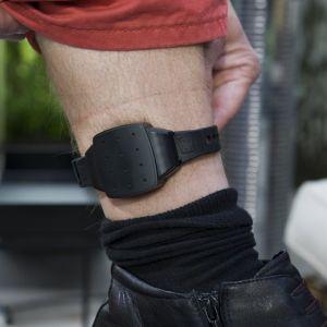 Rangaistuksen seurannassa käytettävä jalkapanta nilkassa.