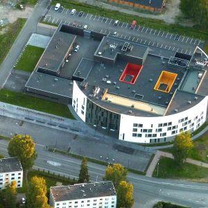 Hämeenlinnan poliisitalo ilmasta kuvattuna