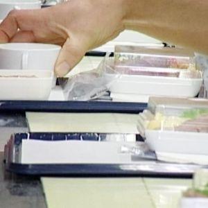 Lentokoneissa tarjottavia ruoka-annoksia valmistettiin Finnair Cateringin tuotantotiloissa.