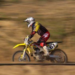 Moottoripyöräilijä  Muukko motocrossin radalla.