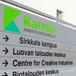 Karelia-ammattikorkeakoulun opastetaulu Joensuun Sirkkalassa.