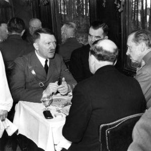 Mannerheim ja Hitler lounaalla.