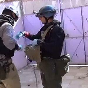 Syyrian oppositioon kuuluvan järjestön kuvassa sanotaan näkyvän YK:n kemiallisten aseiden tarkastajia keräämässä näytteitä väitetyn kaasuiskun tapahtumapaikalla.