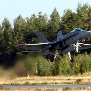 Karjalan Lennoston Hornet-hävittäjä nousee ilmaan Rissalasta.