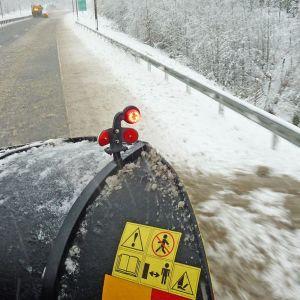 Lumitöiden tekoa aura-auton kyydistä katsottuna