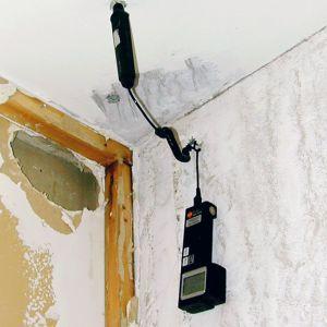 Kosteusmittari kiinnitettynä asunnon kattoon.