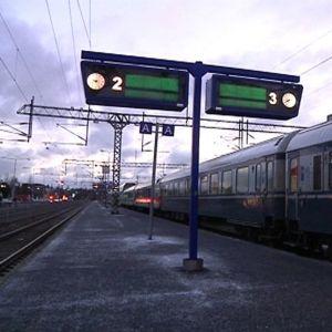 Juna seisoi Kokkolan asemalla Seija-myrskyn jäljiltä.