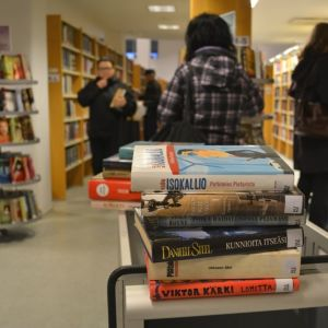 Kemin kirjastolla ihmisiä