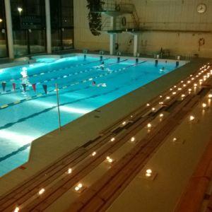 Kynttiläuinnin tunnelmaa Kemin uimahallissa 2013.