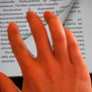 Teksiä selataan sormin tabletin ruudulla.