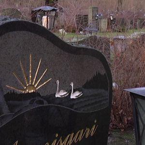 Hautakivi hautausmaalla Turussa.