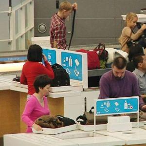 Turvatarkastuspisteitä Helsinki-Vantaan lentoasemalla.
