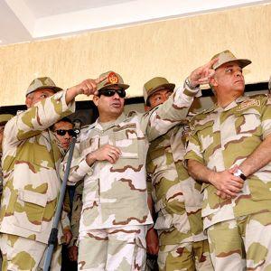 Egyptin armeijan komentaja Abdel Fattah al-Sisi (3. vas.) Kairossa 26. joulukuuta.