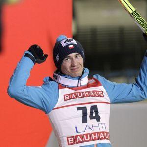 Puolan Kamil Stoch tuulettaa mäkimontussa.