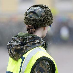 Armeijan sotilaspuvussa oleva nainen valatilaisuudessa Helsingissä 22. helmikuuta 2014.