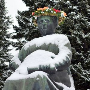 Minna Canthin patsas kukitettuna Kuopiossa.