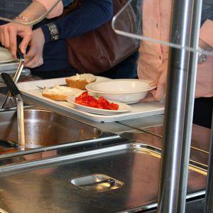 Oppilaat ottavat ruokaa.