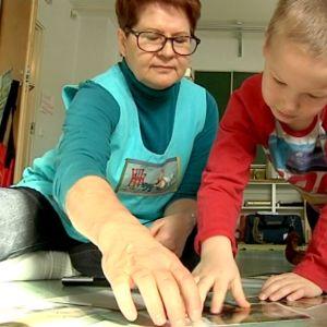 Forssalaisen eskarin Mestarit lastentarhanopettaja Helena Jasu ja lapset pelaavat laatupeliä